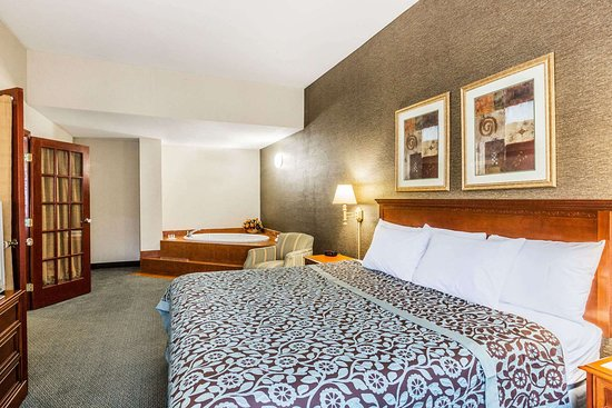 Days Inn by Wyndham Budd Lake: 1 King Bed Suite With Jacuzzi