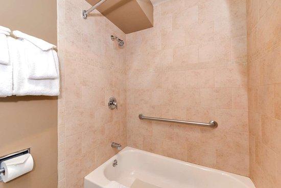 Svendsgaard's Danish Lodge - Americas Best Value Inn: Deluxe Guest Bathroom
