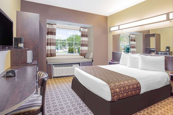Microtel Inn & Suites by Wyndham Buckhannon: Guest room