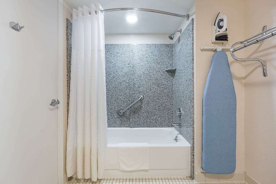 Days Inn by Wyndham Pearl/Jackson Airport: Guest room bath
