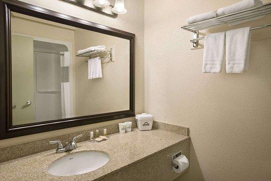 High Level, Canada: Guest room bath