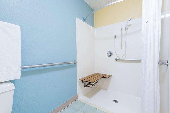 Days Inn by Wyndham Dayton Huber Heights Northeast: ADA Bathroom