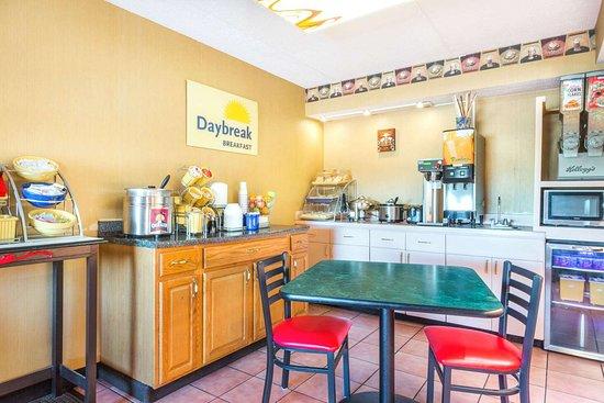 Days Inn by Wyndham Dayton Huber Heights Northeast: Breakfast Area