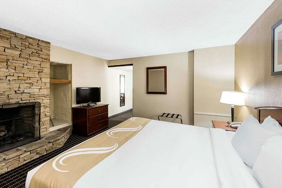 Quality Inn & Suites Sevierville - Pigeon Forge: Guest room with fireplace