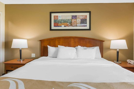 Quality Inn & Suites Sevierville - Pigeon Forge: Well-equipped guest room