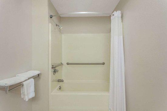Days Inn by Wyndham Decatur Priceville I-65 Exit 334: Guest room bath