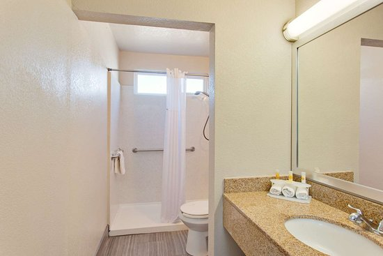 Chowchilla, CA: Accessible Bathroom