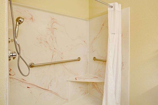 Days Inn by Wyndham Charleston East: ADA Bathroom