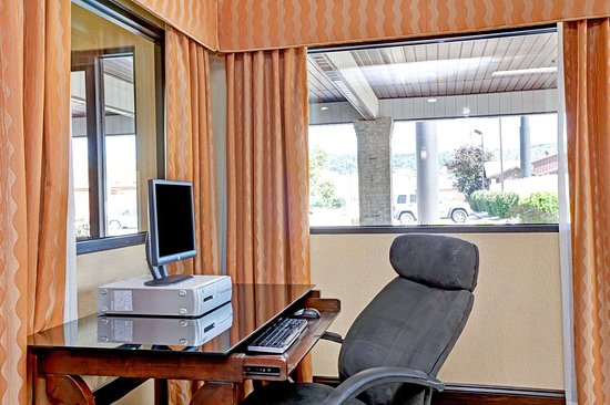Days Inn by Wyndham Charleston East: Business Center