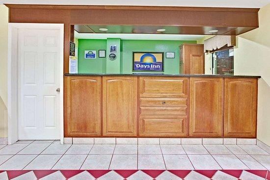 Days Inn by Wyndham Baytown TX: Lobby