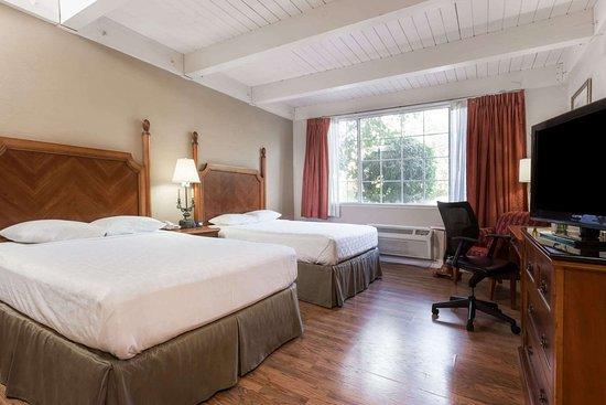 Days Inn by Wyndham Davis Near UC Davis: 2 Queen Bed Room