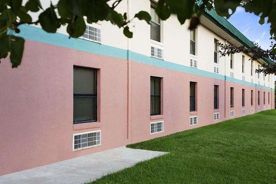 Days Inn by Wyndham Wichita North: Exterior