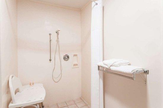 Days Inn by Wyndham Picayune: ADA Bathroom