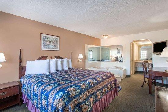 Days Inn by Wyndham Picayune: Hot Tub Suite
