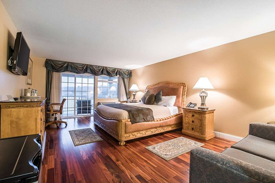 West Chesterfield, NH: Spacious guest room