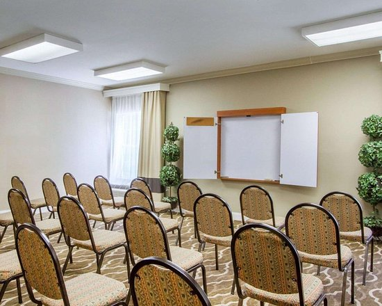 Comfort Inn Birmingham - Irondale: Banquetmeeting room with audiovisual equipment