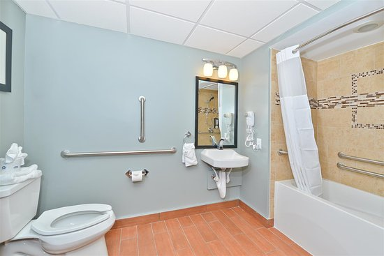 Best Western Plus Sandcastle Beachfront Hotel: Mobility Accessible King Room Bathroom