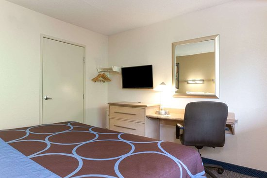 Days Inn Monmouth Junction: 1 King Bed Guest Room