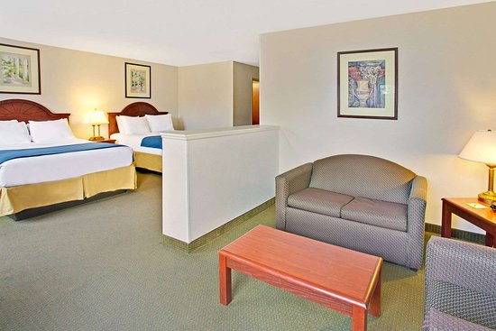 Days Inn & Suites by Wyndham Laurel Near Fort Meade: 2 Queen Bed Room With Seating