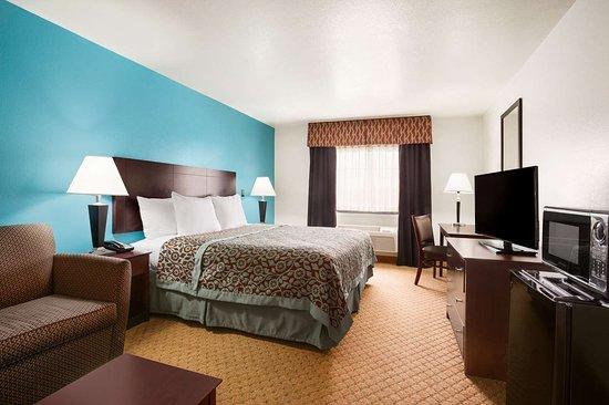 Days Inn & Suites by Wyndham Conroe: Guest room