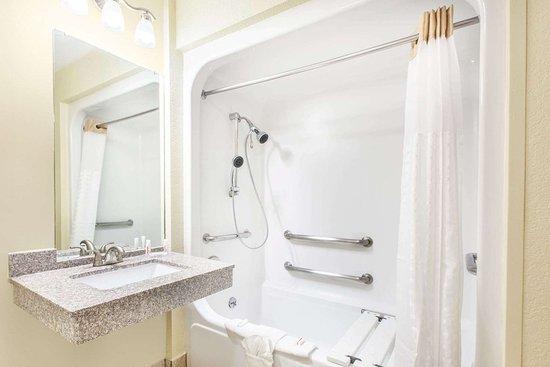 Days Inn by Wyndham Arlington: ADA Bathroom