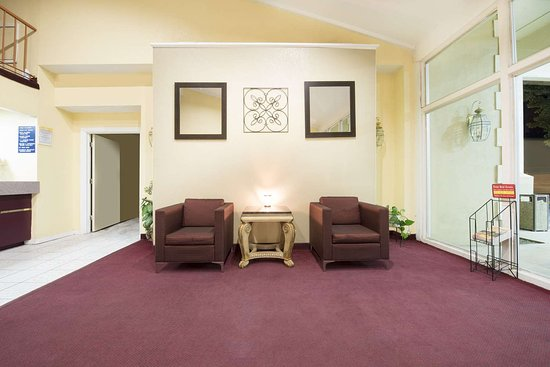 Days Inn by Wyndham Eastland: Lobby
