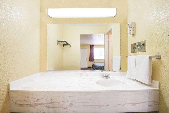 Days Inn by Wyndham Eastland: Bathroom