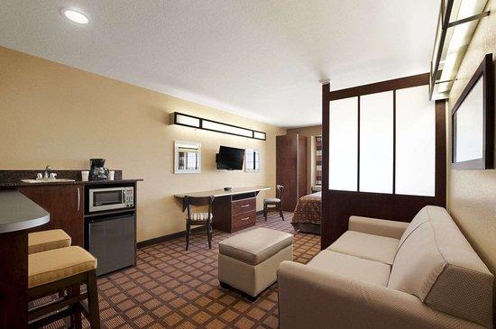 Microtel Inn & Suites by Wyndham Gonzales: Suite