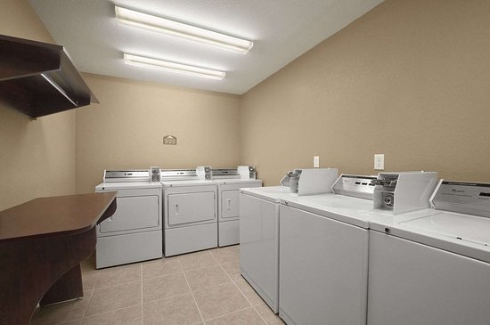 Microtel Inn & Suites by Wyndham Gonzales: Laundry Room