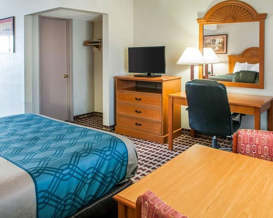 Econo Lodge Inn & Suites: Guest room with flat-screen television
