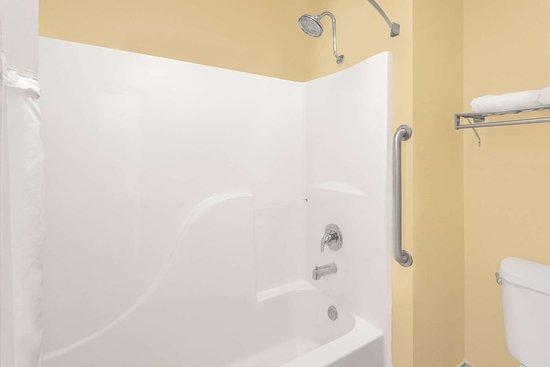 Days Inn by Wyndham Lamar: Guest room bath