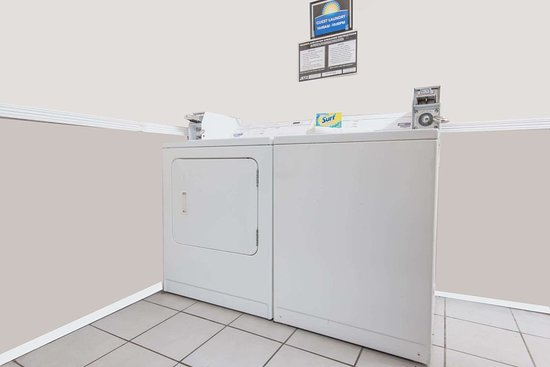 Days Inn by Wyndham Kansas City International Airport: Guest Laundry