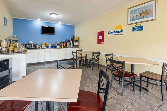 Days Inn by Wyndham Kansas City International Airport: Breakfast Area