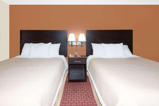 Days Inn by Wyndham Ames: Guest room