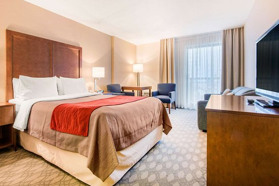 Comfort Inn Fallsview: Guest room with sitting area