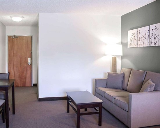 Sleep Inn & Suites Smithfield: Spacious suite with sitting area