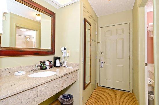 Best Western Plus Concord Inn: Guest Room Bathroom