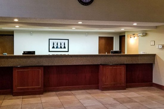 Clarion Inn & Suites Tulsa Central I-44: Front desk