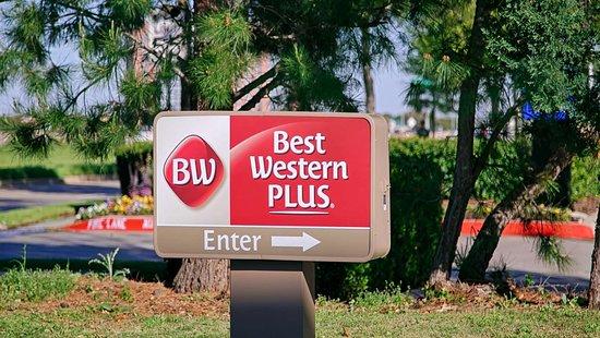 Best Western Plus DFW Airport Suites: Entrance sign