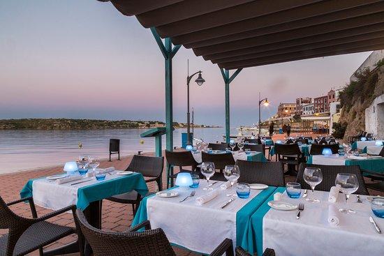 Sa Cova: Restaurante enfrente de la bahía del puerto de Mahón.