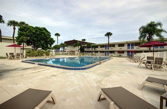 Motel 6 Cocoa Beach: Pool