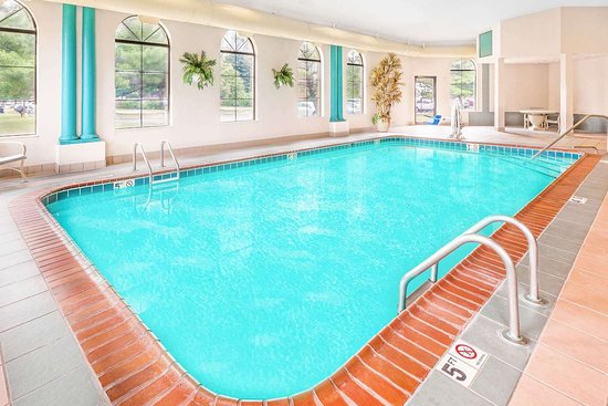 Days Inn & Suites by Wyndham Kalamazoo: Pool