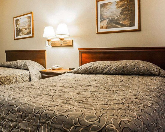 Granite City, IL: Guest room with two beds