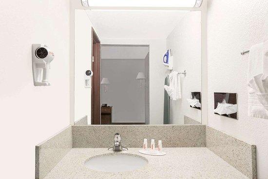 Days Inn by Wyndham Casper: Guest room bath