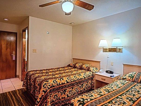 Ambassador Inn Albuquerque: Two Double Beds