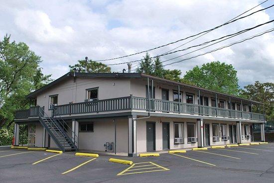 Hotel Medford North OR: Side Exterior