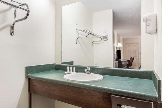Days Inn by Wyndham Royston: Bathroom