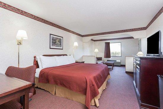 Days Inn by Wyndham Royston: 1 King Bed Room