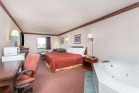 Days Inn by Wyndham Royston: 1 King Bed Hot Tub Room