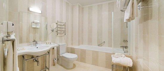 Best Western Plus Flowers Hotel: Guest Room Bathroom
